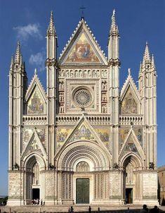 Catedral de Orvieto (empezada h 1310). La fachada occidental - rasgo característico en las catedrales francesas - nunca adquirió tanta importancia en Italia. Pocas quedaron terminadas del todo antes del Renacimiento - la de Santa Croce y de Florencia son modernas. De las acabadas completamente, la más bella es la catedral de Orvieto, cuyo proyecto se debe a Lorenzo Maitani en sus rasgos principales
