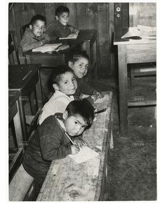 Estudiantes primarios en su sala de clases. Chile, 1965 Mexico City, Vintage Photography, Couple Photos, Children, Learning, School, Google, Flower, Political Posters