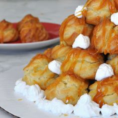 Cooking with Manuela: Custard Filled Puff Tower with Caramel Sauce - Profiterol with Caramel Custard Filling, Profiteroles, Bread Rolls, Quick Easy Meals, Cake Cookies, Italian Recipes, Caramel, Bakery, Tower