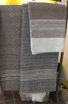 Hand woven wool blankets from Mértola - Alentejo, Portugal Não é exagero dizer-se que a manta do Alentejo é provavelmente a mais antiga marca de origem, no panorama dos têxteis tradicionais portugueses, que sobreviveu até aos nossos dias. O seu fabrico ter...