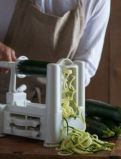 FAvorite Cooks Tools Vegetable spiralizer for healthy zucchini noodles on Pad Thai Zoodles Recipe, Best Zucchini Noodles Recipe, Making Zucchini Noodles, Zucchini Pasta Recipes, Chicken Zucchini, Healthy Zucchini, Best Vegetable Spiralizer, Chicken Pho Soup, Gifts For Cooks