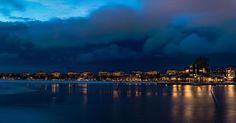 Åkte förbi Motala idag igen och såg staden sakta omslutas av skymningen. Kunde inte låta bli att föreviga ögonblicket när ljusen tände upp med mörka moln i bakgrunden.  Bilden finns till salu på: http://ift.tt/2ER9B6w  #nikon #panorama #nikonphotography #landscape #landscapelovers #landskap #svenska_städer #motala #d800 #nightphoto #nattbild #skymning #vättern #sunset #solnedgång #zoranfoto #ig_sweden #landscape_captures #vinter #winterwonderland