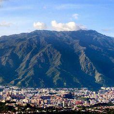 Excelente inicio de semana! Fotografía cortesía de @ivavelasco  #LaCuadraU #GaleriaLCU #Caracas #ElAvila #Venezuela #FelizLunes #FelizInicioDeSemana