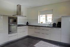 Een op maat gemaakte glazen achterwand in de keuken. Perfecte match met de hoogglans keukenkastjes. Vanaf € 59,50 via Glazz.nl.