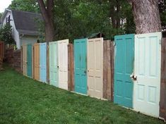 DIY Fence Ideas DIY fence made out of old doors! I was JUST thinking about something like this!DIY fence made out of old doors! I was JUST thinking about something like this! Diy Privacy Fence, Diy Fence, Fence Art, Backyard Fences, Garden Fencing, Garden Shrubs, Outdoor Privacy, Outdoor Spaces, Outdoor Living