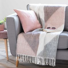 Pink and grey pastel sofa comforts | LUMMUS graphic tricoloured throw 130 x 170 cm | Maisons du Monde