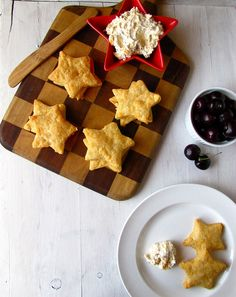 Gold Star Cheddar Crackers with Cheese Spread via @Lisa Flahive-Hermsen- Miss in the Kitchen