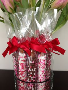 Pin by Phillis Lyter on Mother& Day in 2019 Chocolate Covered Pretzel Rods, Chocolate Covered Treats, Chocolate Dipped Pretzels, Chocolate Covered Strawberries, Valentines Day Desserts, Valentine Treats, Valentine Day Crafts, Mothers Day Desserts, Mothers Day Crafts