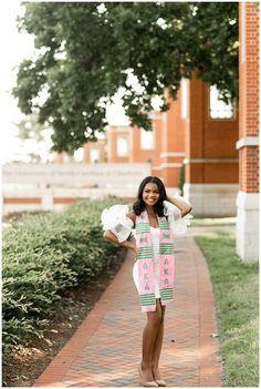 Graduation Look, Graduation Picture Poses, College Graduation Pictures, Graduation Portraits, Graduation Photography, Graduation Photoshoot, Grad Pics, Graduation Ideas, Senior Photography