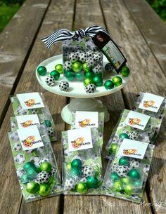 7.- La bolsita de dulces como recuerdo de la fiesta para tus invitados, puede ser una bolsa de dibujos, pero algo más fácil son estos chocolates que te menciono que valen como $1 peso comprando a granel.