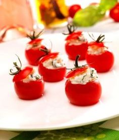 Ces petites tomates cerises farcie de fromage Chaource seront parfaites pour vos apéritifs d'été ; c'est frais et coloré. Le must du must ? Les accompagner d'une belle coupe de champagne. À préparer en une vingtaine de minutes et pour 8 convives, prévoir : 20 tomates cerise / ¼ de Chaource de 250 g / …