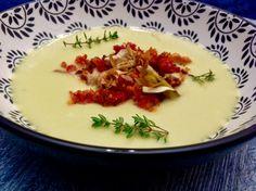 Crema de puerros con migas de chorizo y chips de alcachofa
