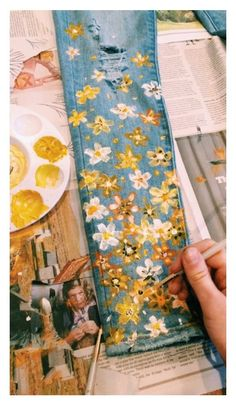 Comment coudre un pantalon facile en bricolage You are in the right place about fashion diy Here we offer you the most beautiful pictures about the plus size fashion you are looking for. When you examine the Comment coudre un pantalon facile en bricolage Painted Jeans, Painted Clothes, Diy Clothes Paint, Clothes Crafts, Painted Denim Jacket, Hand Painted, Diy Kleidung, Knit Pants, Diy Clothing