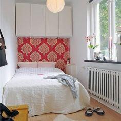 一人暮らしの場合、ワンルームや1Kといった間取りが多いでしょう。狭いながらも、ベッドを上手にコーディネートしたインテリアやレイアウトの事例写真です。