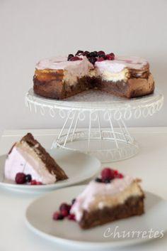 Tarta de queso con brownie y frutos rojos  http://churretesdecocholate.blogspot.com.es/2013/03/brownie-de-nueces-con-tarta-de-queso-y.html