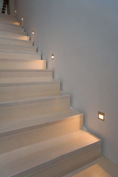 Simple, straight staircase with lighting at foot level.- Einfache, geradlinige Treppe mit Beleuchtung in Fußhöhe. Simple, straight staircase with lighting at foot level. Home Stairs Design, Interior Stairs, Basement Stairs, House Stairs, Staircase Wall Lighting, Narrow Staircase, Stairway Decorating, Escalier Design, Outdoor Steps