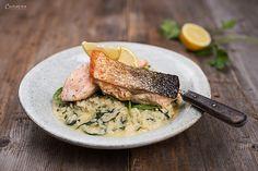 Mediterraner Lachs mit Reis aus dem Ofen. Ein schnelles Rezept für Lachsfilets, Gemüse und Reise aus einem Topf. Mediterraner Reis mit Lachs.