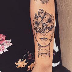 Tatuagem criada por Lucas Milk de Florianópolis.    Metade de rosto com flores.