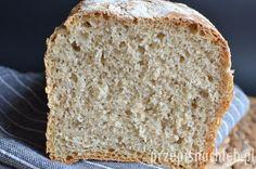Najprostszy chleb pszenny na zakwasie. Polecam ten chleb zwłaszcza jako pierwszy chleb na pszennym zakwasie, który nie jest jeszcze zbyt dojrzały. Stąd w przepisie dodatek drożdży. Nie są one jednak mocno wyczuwalne w smaku chleba. Pieczenie w formie pomija etap formowania chleba, który dla osób początkujących w temacie wypieków może być trudny. Chleb jest miękki, […] Bread, Food, Brot, Essen, Baking, Meals, Breads, Buns, Yemek