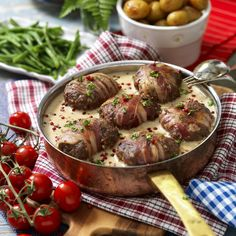 Bacon wrapped patties in rose pepper sauce recipe Bacon Wrapped, Lchf, Potato Salad, Food Porn, Food And Drink, Cooking Recipes, Tasty, Favorite Recipes, Stuffed Peppers