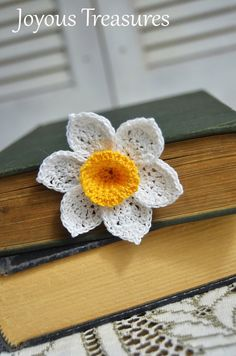 Marque-page fait main Crochet fleur magnifique Orange centrée jonquille fleur fibre marque page fleur de coton.  Ce marque-page fait main est une jonquille doté d'un centre d'orange. La tige est lumière verte et a 2 feuilles. La fleur mesure 2.5 pouces de large.  Mes favoris de fleur au crochet fait main apportent la beauté et le dynamisme dans votre lecture tout au long de l'année! Vous allez adorer marquant les pages de votre livre préféré avec ces derniers. Je conçois mes favoris fleur…