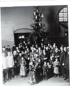 Christmas at Ellis Island in 1907.