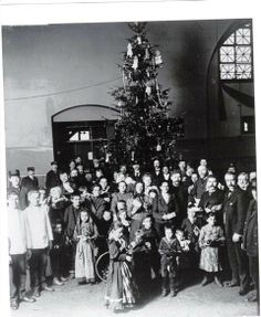 Christmas at Ellis Island in 1907.