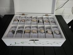 Caixa em MDF, com 14 divisões, acompanha as almofadas e fecho porta cadeado.Cor opcional.Também produzo em tamanho menor ou maior com preço à combinar. R$ 140,00