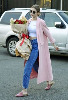 Gigi Hadid in a pink Alice + Olivia Spring 2017 pink coat thrown over a cropped T-shirt and boyfriend jeans, styled with Gucci shoes and L.R sunglasses whilst out in New York on April Style Gigi Hadid, Gigi Hadid Looks, Gigi Hadid Outfits, Gigi Hadid 2017, Look Fashion, Korean Fashion, Fashion Models, Fashion Beauty, Winter Fashion