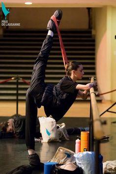 Ballerina Lania Atkins - Prix de Lausanne - Warmup - Photo by Rodrigo Buas aka rbuas - 2016 Dance Motivation, Vie Motivation, Dance Photography Poses, Dance Poses, Ballet Class, Ballet Dancers, Bolshoi Ballet, Ballet Beautiful, Dance Choreography