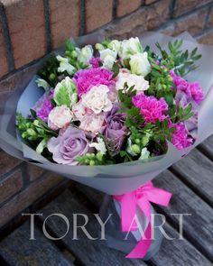 Состав: роза, роза-спрей, тюльпан, гвоздика, львиный зев, фисташка