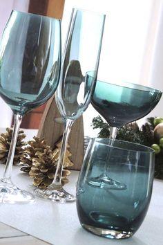 On aime tous avoir de beaux gobelets en verre à table pour servir de l'eau ! Vous aimerez le gobelet KAD pour sa forme indémodable, sa couleur émeraude inimitable et sa grande contenance de 33cl. Très élégant à table, le gobelet à eau est indispensable pour dresser une belle table. #gobelet #vertaeau #vertchasseur Flute Champagne, Verre Design, White Wine, A Table, Wine Glass, Alcoholic Drinks, Wild Nature, Tableware, Dresser