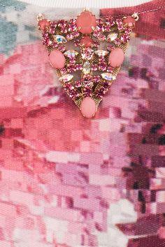Jijil - Sudadera manga 3/4 con estampado floral y accesorio de pedrería rosa en cuello 117,00 €