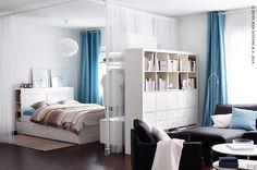 Gordijnen kunnen zorgen voor wat extra privacy en creëren het gevoel van een kamer in een kamer.