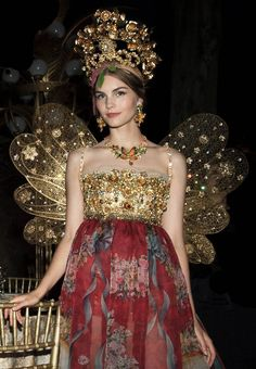 This is overblown, out there, altogether TOO MUCH, but I love it!  The sparkliness must be amazing in the right light. Dolce & Gabbana Alta Moda Autumn/Winter 2015   jαɢlαdy
