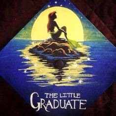 15 great graduation cap ideas for any Disney lover. Disney Graduation Cap, Funny Graduation Caps, Graduation Cap Designs, Graduation Cap Decoration, Graduation Diy, Graduation Pictures, Decorated Graduation Caps, Prom Decor, Cap Decorations