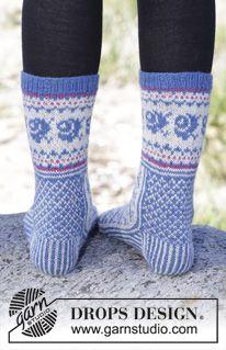 "Winter Heirloom - Gestrickte DROPS Socken in ""Fabel"" mit diagonalem Muster. - Gratis oppskrift by DROPS Design Knitted Mittens Pattern, Knit Mittens, Knitting Socks, Knitting Patterns Free, Free Knitting, Free Pattern, Drops Design, Magazine Drops, Drops Patterns"
