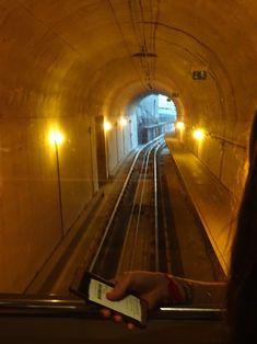 Porto - Portugal. De 'Funicular dos Guindais' is een kabelspoorwegsysteem tussen de beneden- en bovenstad van Porto, en gaat van de vanaf de kade in Ribeira biij de brug Dom Luis I tot het plateau van Batalha. In het korte traject zit ook een kleine tunnel. Foto: G.J. Koppenaal - 31/10/2017.