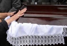 Τρίκαλα: Απίθανες εικόνες κατά τη διάρκεια κηδείας! Όλοι ξαφνιάστηκαν μέχρι που έμαθαν την τελευταία επιθυμία του πατέρα Holding Hands, Blog, Love, Blogging