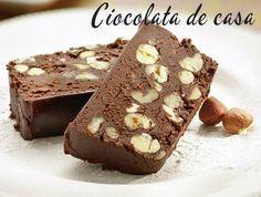 Cea mai bună ciocolată de casă după o reţetă simplă. Gata în 20 de minute. Timp de preparare: 20 min Gata in: 20 min Ingrediente:  100 ml apa 180 g zahăr 120 g unt 270 g lapte praf 50 g cacao 50 g alune de padure Preparare: 1. Se amesteca laptele si cacaua, dupa …