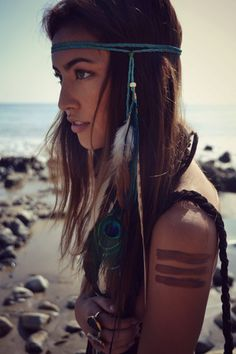DIY boho feather hairpiece, Bohemian style hair accessories, Hippie headband with feathers, Hippy Gypsy modern fashion accessories and hair jewelry ideas and inspiration Hippie Chic, Hippie Style, Hippie Gypsy, Bohemian Style, Modern Hippie, Hippie Masa, Tribal Style, Gypsy Style, Look Festival