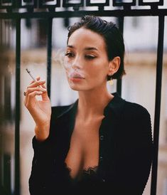 - Taylor LaShae - once upon a time there was a girl and her cigarette Smoking Ladies, Girl Smoking, Pelo Midi, Taylor Lashae, Cigarette Aesthetic, Women Smoking Cigarettes, Foto Casual, Grunge Hair, Aesthetic Girl