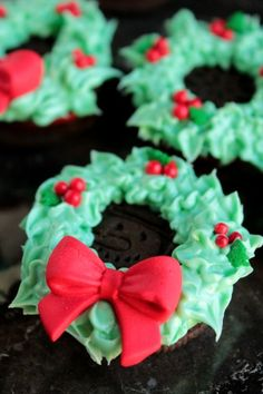 Oreo Cookie Wreaths - no bake cookies for the Christmas party! Also love these for cookie exchanges!