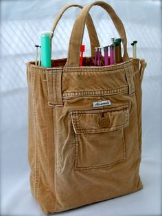 DIY pants bag, great to recycle to reuse knee-worn jeans - and I would totally use this for a sewing bag! Fabric Crafts, Sewing Crafts, Sewing Projects, Diy Projects, Upcycled Crafts, Bag Sewing, Sewing Jeans, Old Jeans, Denim Jeans