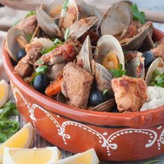 Portuguese Style Pork and Clams. One of the most traditional and delicious Portuguese dishes in restaurants around the world. Carne de Porco à Alentejana Rocco Dispirito, Chefs, Seafood Recipes, Cooking Recipes, Pork Recipes, Portuguese Recipes, Portuguese Food, Dried Potatoes, Marinated Pork