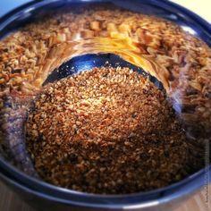 Nur grob Mörsern oder mahlen. Sonst wird aus dem locker-knusprigen Granulat ruck zuck eine fies-feste Paste.