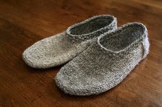 Ravelry: south marysburgh slippers pattern by sam lamb - free pattern Knit Slippers Free Pattern, Knitted Slippers, Crochet Slippers, Knit Or Crochet, Crochet Granny, Knitting Patterns Free, Knit Patterns, Free Knitting, Knitting Socks