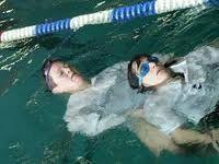 Hier auf dem Bild gebe ich euch einfach mal einen kleinen Einblick in das, was ich in meiner Schwimmgruppe auch mache ;) Aber nicht nur Übungen im Wasser wie Rettungsgriffe und der Umgang mit Hilfsmittel werden bei uns geübt. Auch regelmäßige Erste Hilfe Weiterbildung findet bei uns statt. Dies ist sehr hilfreich und macht teilweise schon Spaß ;)