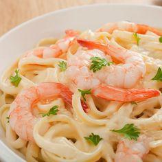 Tagliatelles aux crevettes express – Ingrédients de la recette : 400 g de crevettes , 2 gousses d'ail , 100 ml de crème , parmesan, sel et poivre