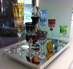 taças coloridas Drinks Tray, Crystal Decanter, Cafe Bar, Cozy House, Home Accessories, Glass Art, Diy Home Decor, Flora, Table Settings